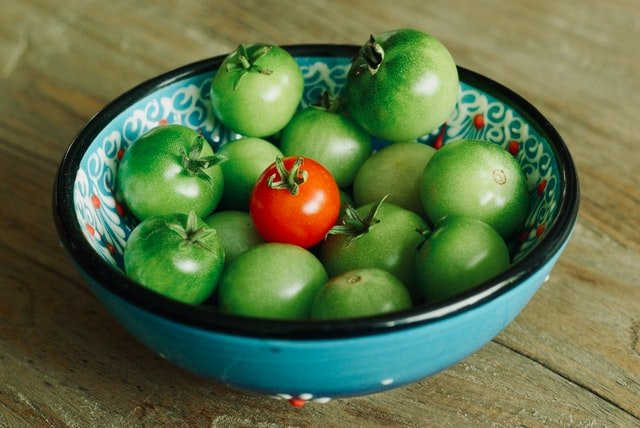 Green tomatoes in a Bowl - How to ripen Green Tomatoes Indoors